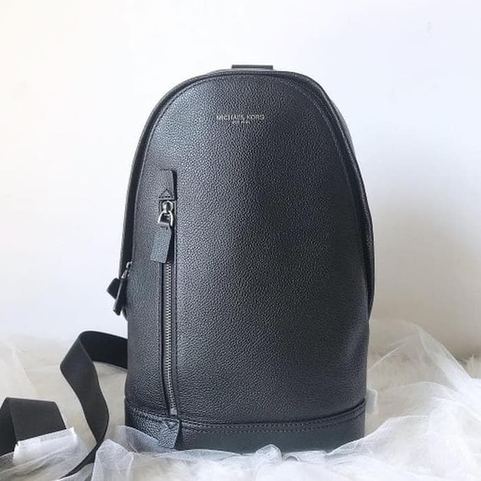2. Body Bag Michael Kors